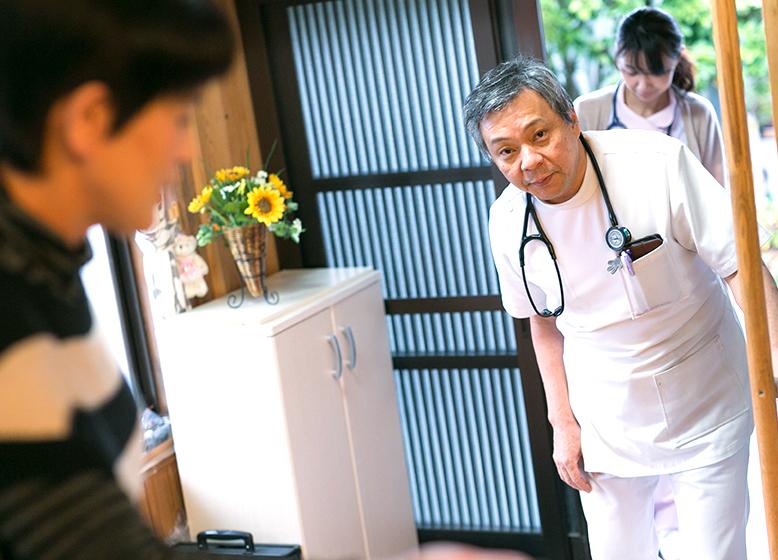 皆様のご都合をお伺いし、医師が訪問いたします。入院中の患者様の場合は、入院先の病院と連携し、訪問診療のご相談をお受けいたします。